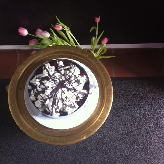 Kirsch und Sahne auf Schokolade