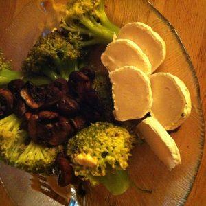 Gemüse mit Pilzen und Ziegenkäse