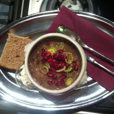 9-erlei Bohnensuppe mit Granatapfel